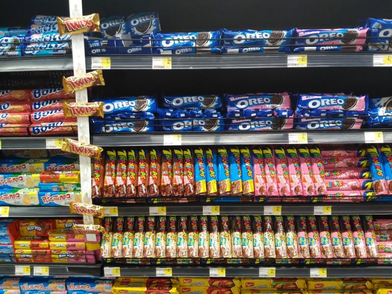 Prateleiras com embalagens BOPP em um supermercado